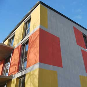 Neubaukomplex Jena, Haus mit Flachdach und bunter Fassade