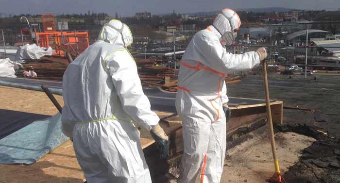 Spezialleistungen, Arbeiten im Schutzanzug auf kontaminierter Dachfläche