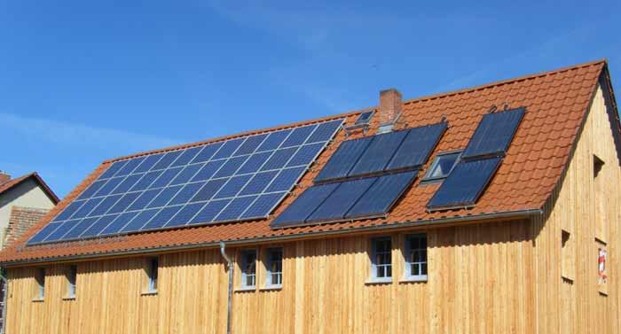 Dach mit Solarelementen, nachhaltiges Bauen