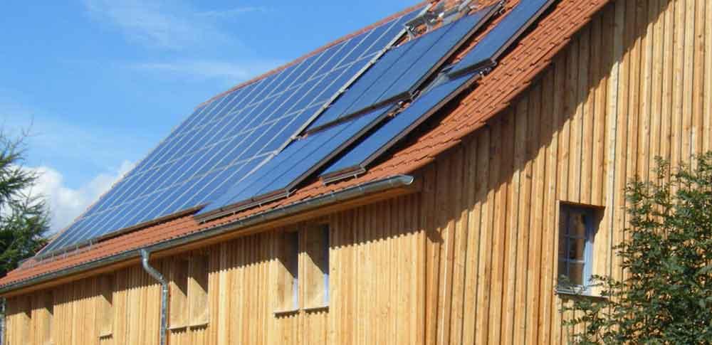Dach mit Solarelementen, ölologisch bauen