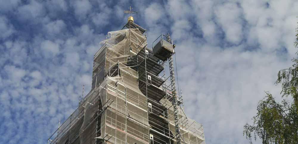 Blick von unten auf den eingerüsteten Kirchturm in Großengottern