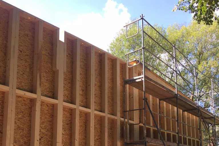 Aufstellen einer vorgefertigten Hauswand Holzrahmenbau